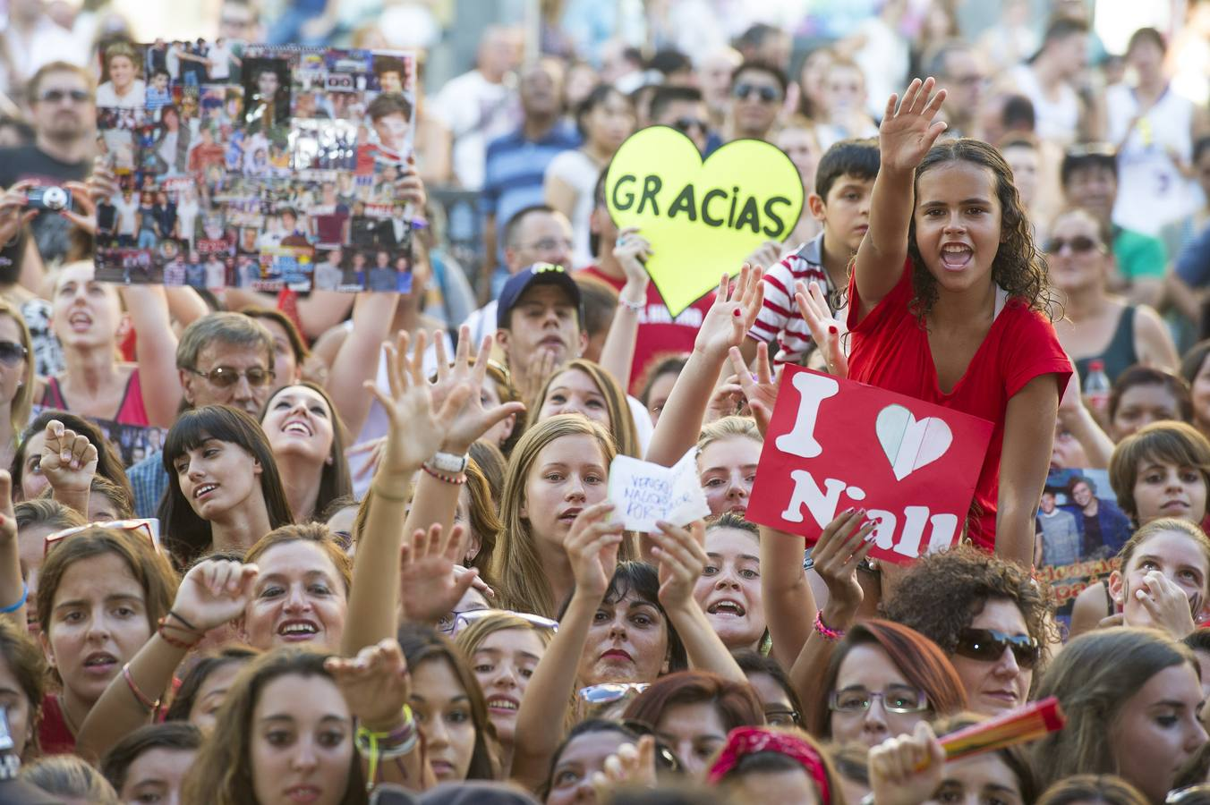 Los fans de One Direction colapsan la plaza de Callao en Madrid