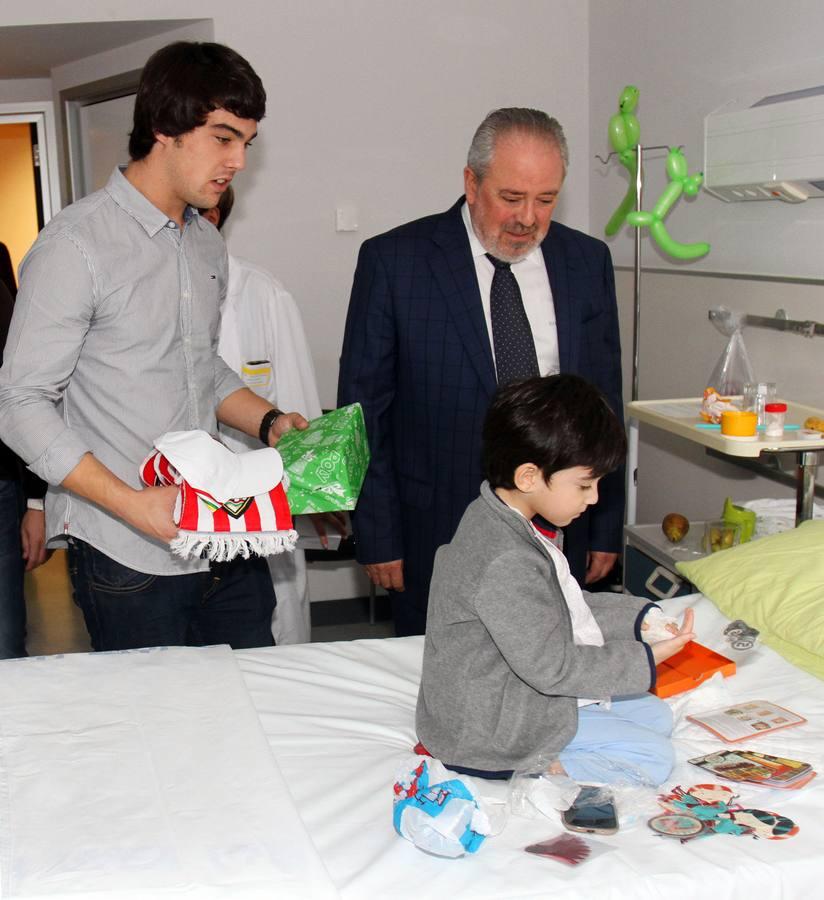 Los jugadores de la UDL visitan a los niños ingresados en el San Pedro