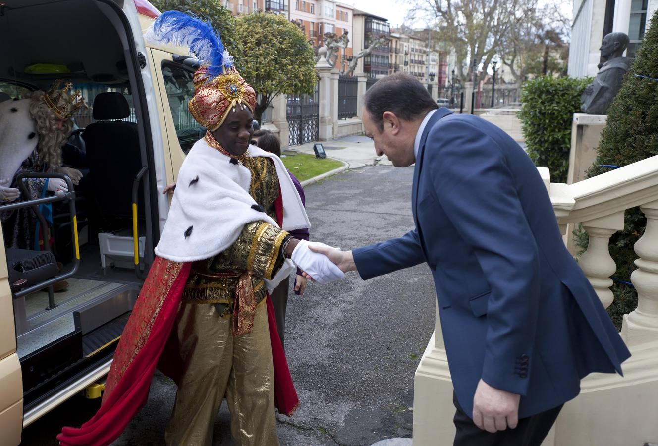 Sus Majestades de Oriente acuden al Palacete regional y al Ayuntamiento de Logroño