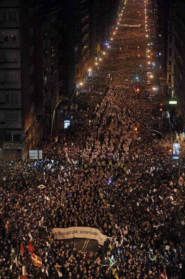Una marea de 100.000 personas recorre Bilbao