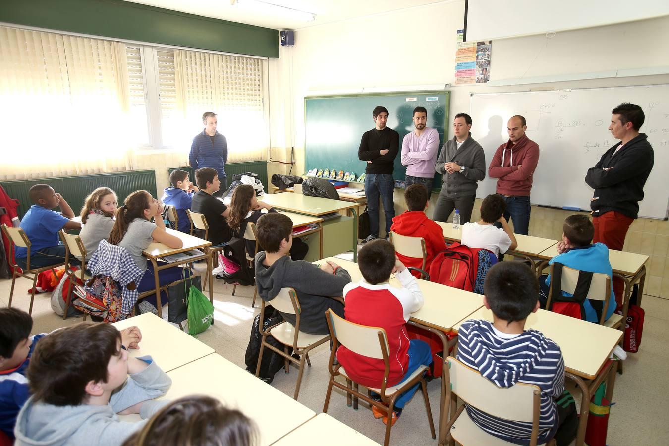Los jugadores de la UDL visitan a los alumnos del San Pío X