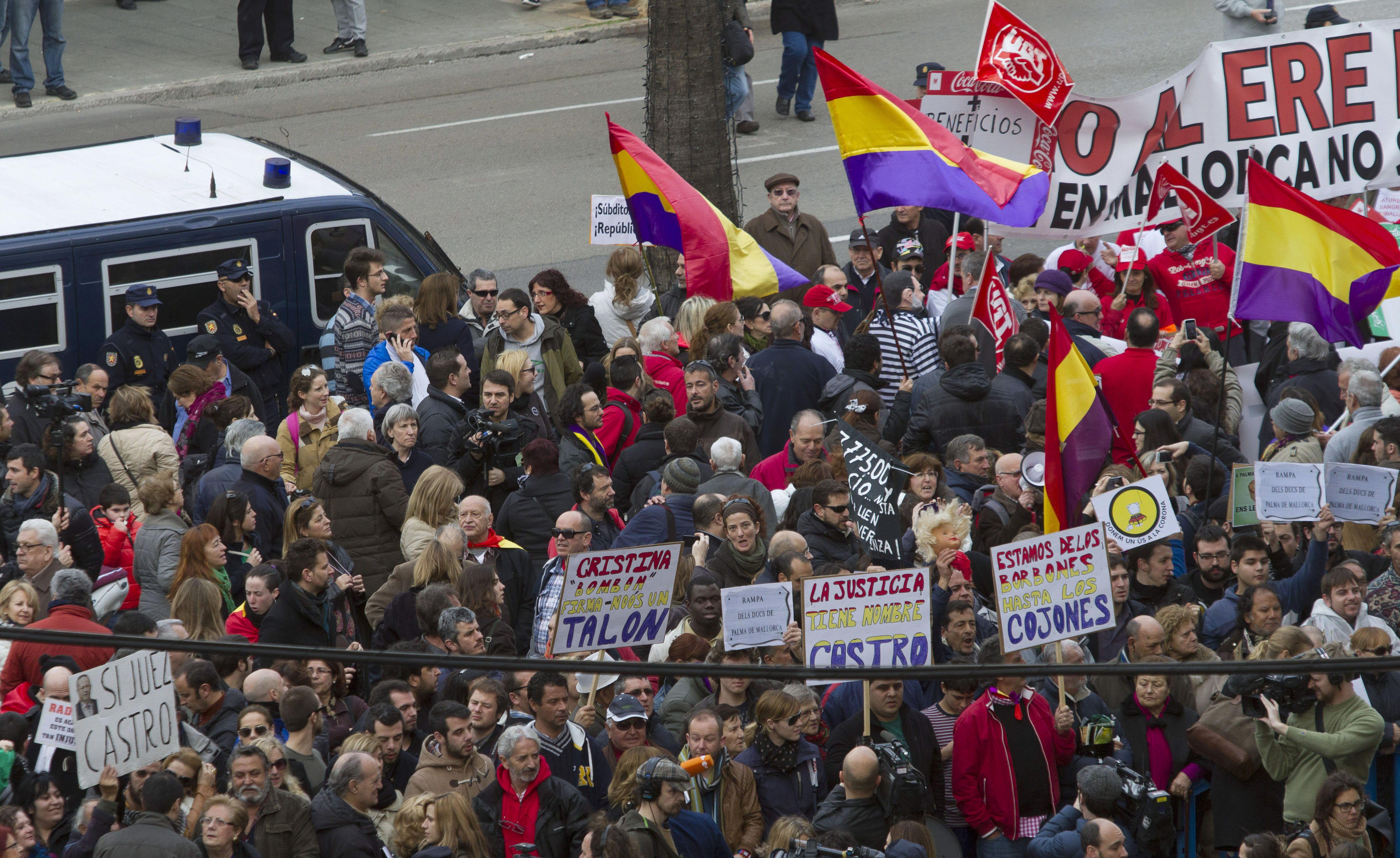 Un millar de manifestantes reciben a la infanta en Palma